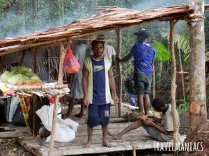 Helfer Papua www.travelmaniacs.de