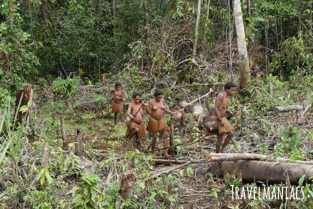 Westpapua Korowai www.travelmaniacs.de