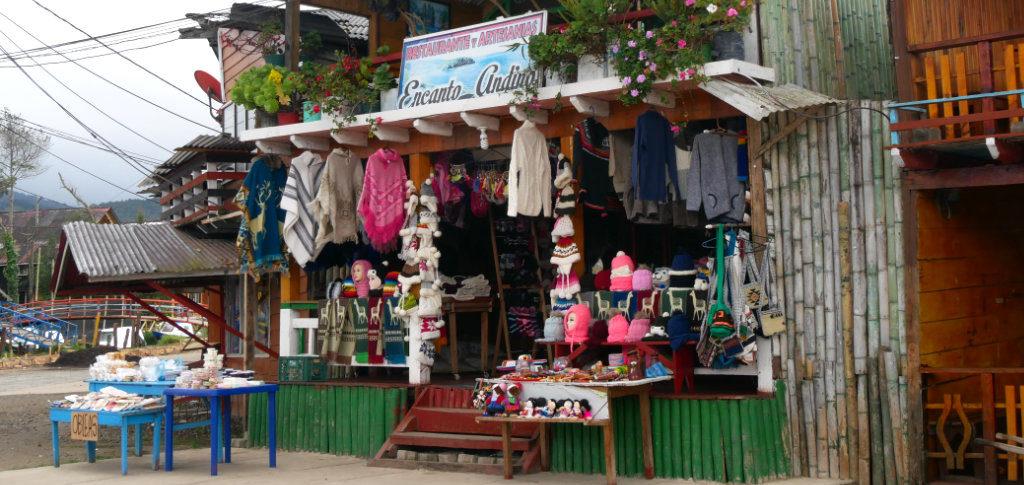Souvenirstände in Puerto an der Laguna de la Cocha